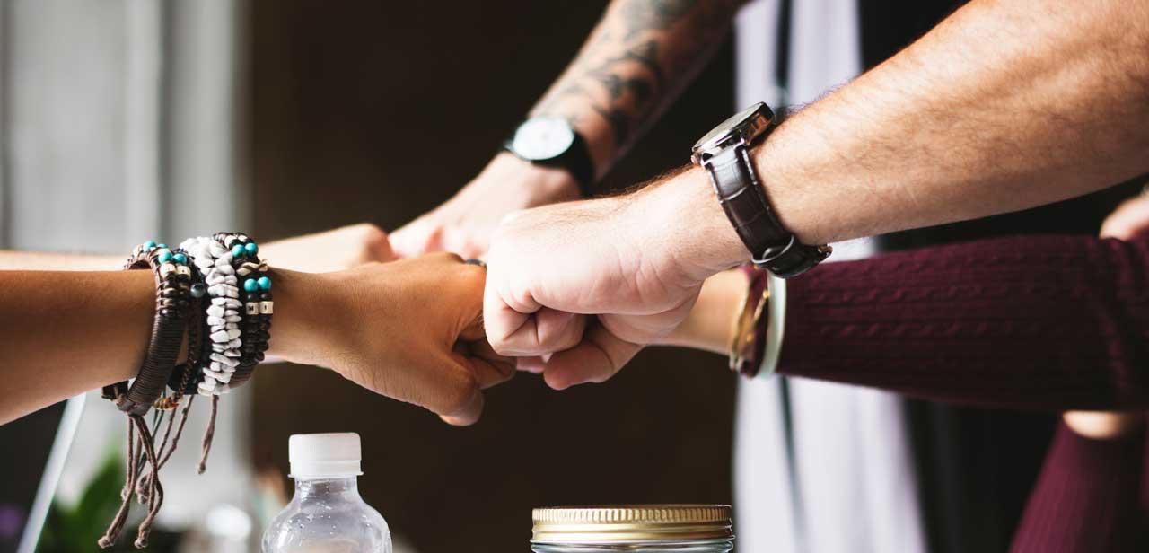 Imagén panorámica que muestra manos apretados como símbolo de las alianzas de la Academia Alemana Deutsch en Bogotá